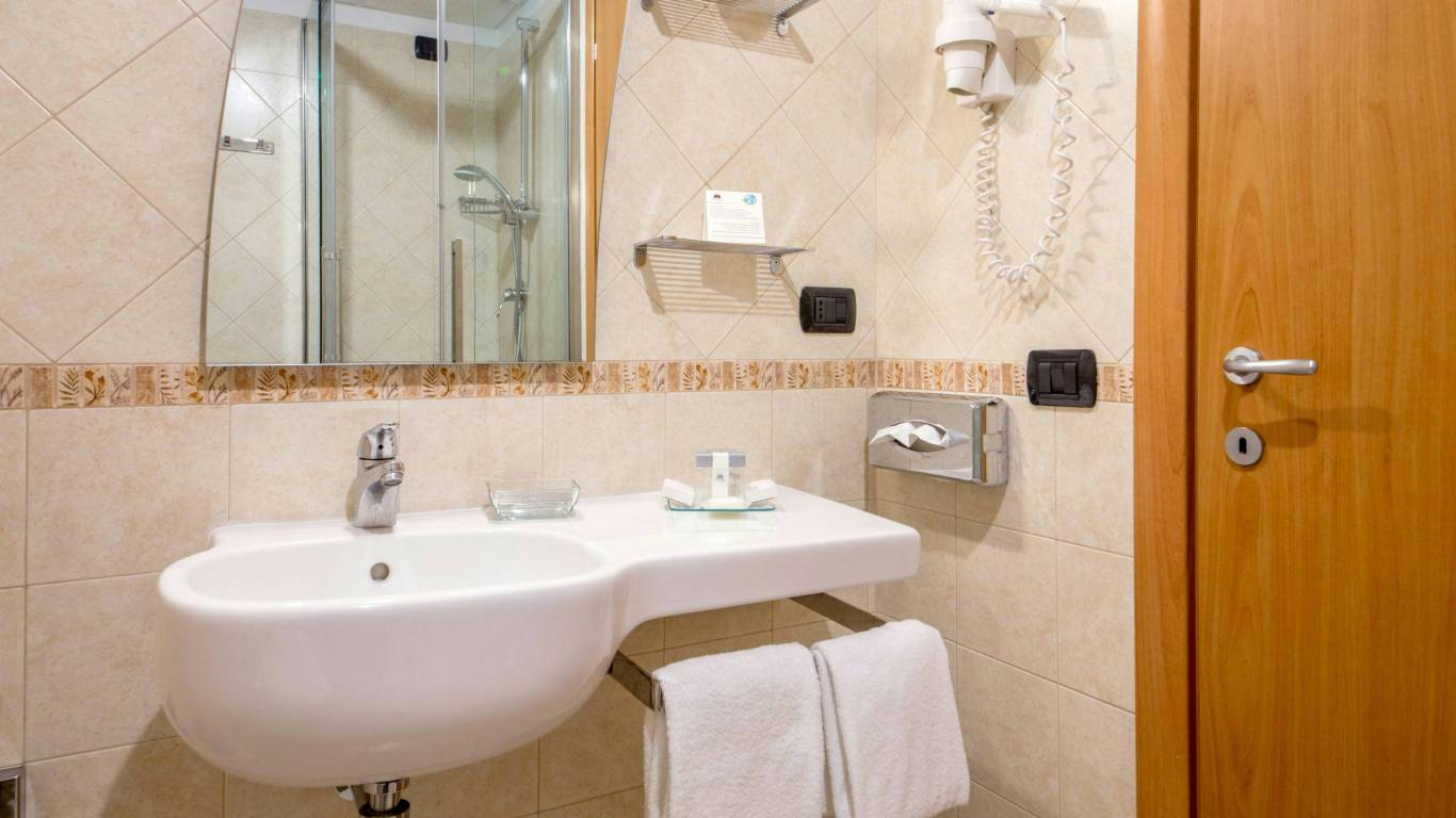 hotel-domidea-rome-bathroom-02