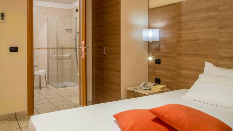 Domidea-Business-Hotel-Rome-standard-room-2020-camere-03